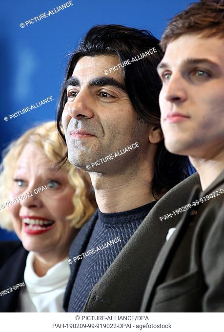09 February 2019, Berlin: 69th Berlinale: Director and producer Fatih Akin (M) and the actors Margarethe Tiesel (l) and Jonas Dassler at the photocall of the...