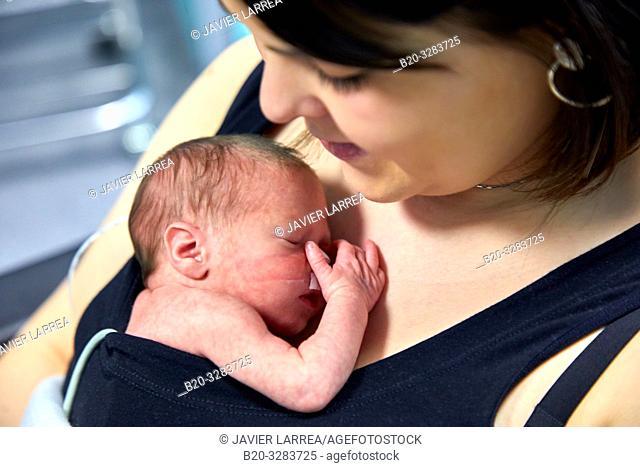 Mother with baby, mother-kangaroo method, Skin-to-skin contact, Neonatal pediatrics, Medical care, Neonate Intensive care Unit, UVI, ICU, Hospital Donostia