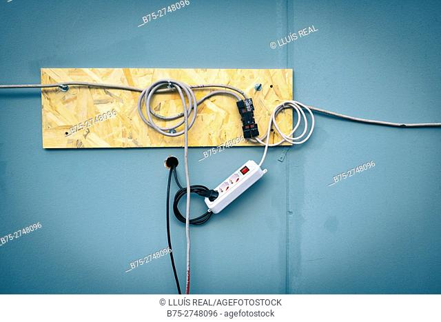 Electrical connection with cables and plugs