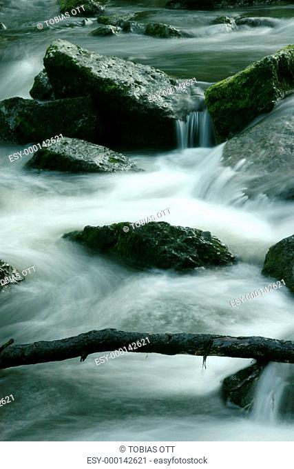 Fluß mit Felsen