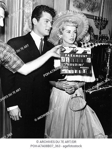 Tony Curtis, Janet Leigh on the set of the film Houdini  Year: 1953 -. WARNING: It is forbidden to reproduce the photograph out of context of the promotion of...