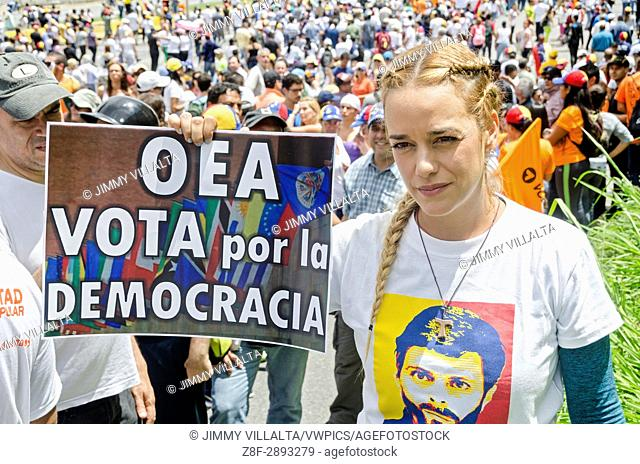 Lilian Tintori, wife of prominent jailed opposition leader Leopoldo Lopez, It shows a poster with the summary of the 80 days of protests, calling on the OAS