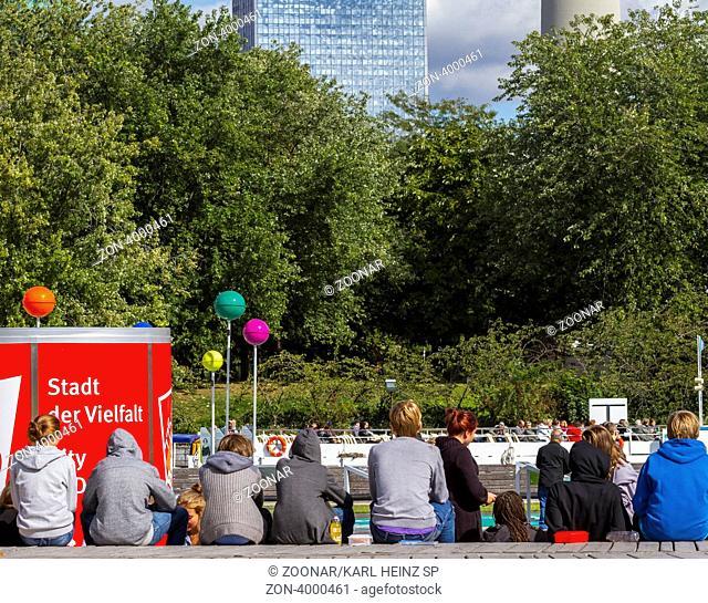 jugendliche Berlin Touristen sitzen am Ufer der Spree in Berlins Mitte, Berlin, Deutschland