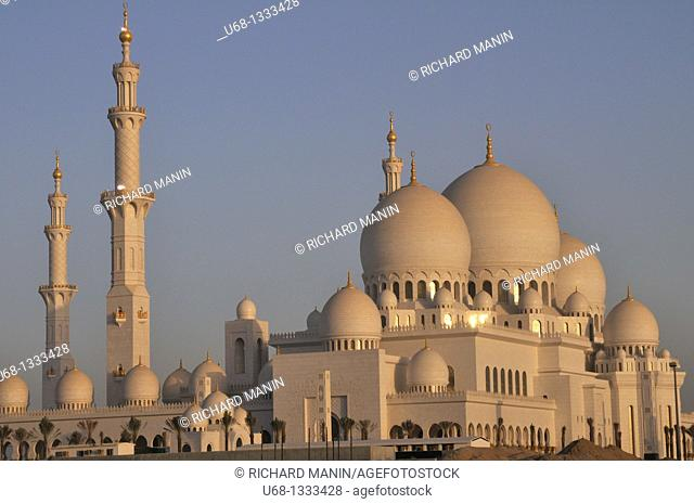 United Arab Emirates, Abu Dhabi, Sheikh Zayed Mosque, 20 000 meter square, 4 minarets of 107 m high, 82 domes, thousands of marble columns, 30, 000 Pilgrim