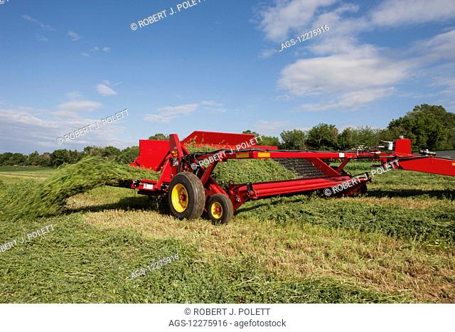 H5430 windrow merger; New Holland, Pennsylvania, United States of America