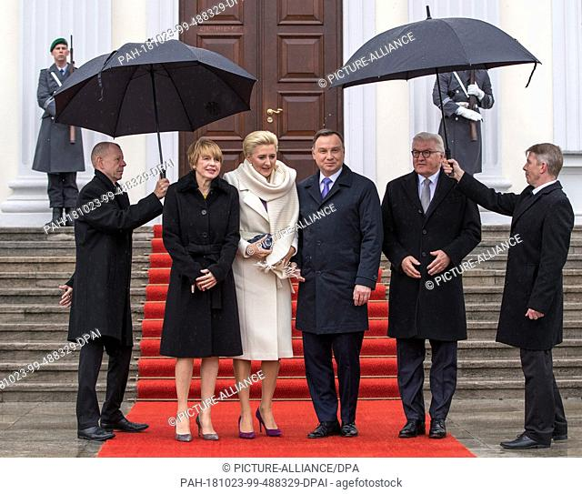 23 October 2018, Berlin: Federal President Frank-Walter Steinmeier (r) and his wife Elke Büdenbender (l) welcome Polish President Andrzej Duda and his wife...