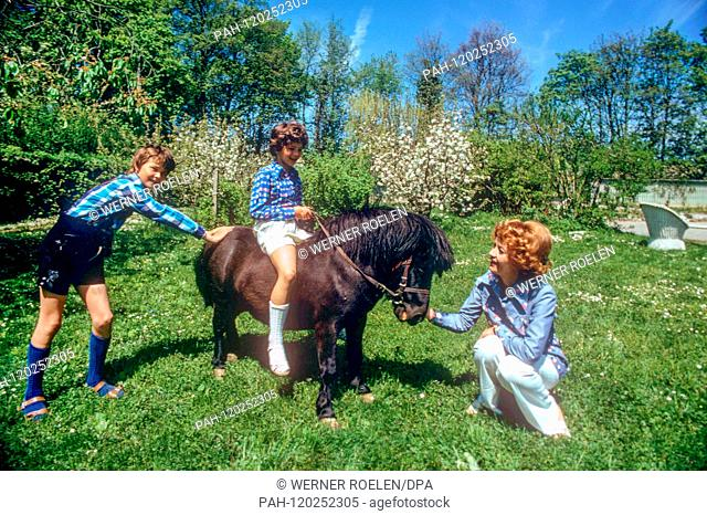 Liselotte Pulver in the 1970s with son Marc-Tell (l) and daughter Melisande (on the pony) in the garden of her house near Lausanne