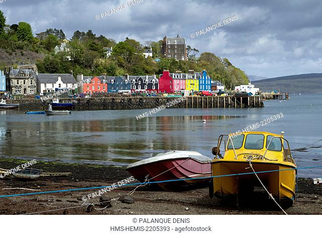 United Kingdom, Scotland, Hebrides, Isle of Mull, Tobermory, pier and town, barques at low tide