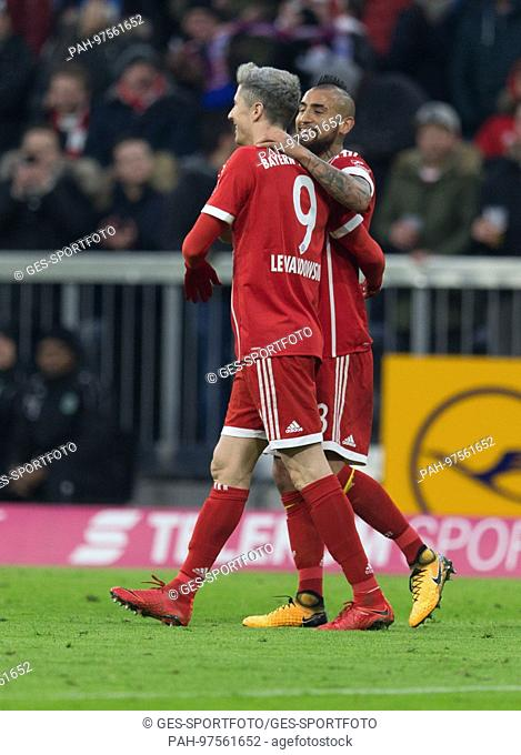 goaljubel zum 1-0 durch Arturo VIDAL (FC Bayern)/re. Links Robert LEWANDOWSKI (FC Bayern) GES/ Fussball/ 1. Bundesliga: FC Bayern Munich - Hanover 96, 02