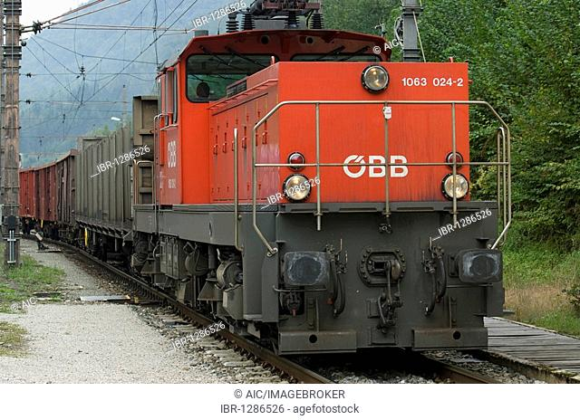 Shunting with a electric locomotive of the series 1063