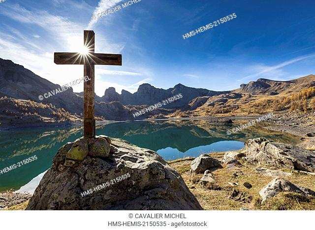 France, Alpes de Haute Provence, Parc National du Mercantour (National park of Mercantour), Haut Verdon, wooden cross by the lake of Allos (2 228m) in autumn