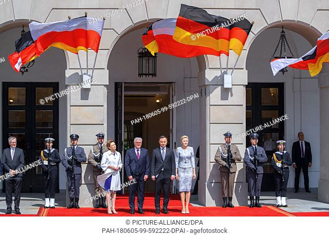 dpatop - 05 June 2018, Poland, Warsaw: German Federal President Frank-Walter Steinmeier and his Wife Elke Büdenbender (l) are being greeted by Andrzej Duda (2