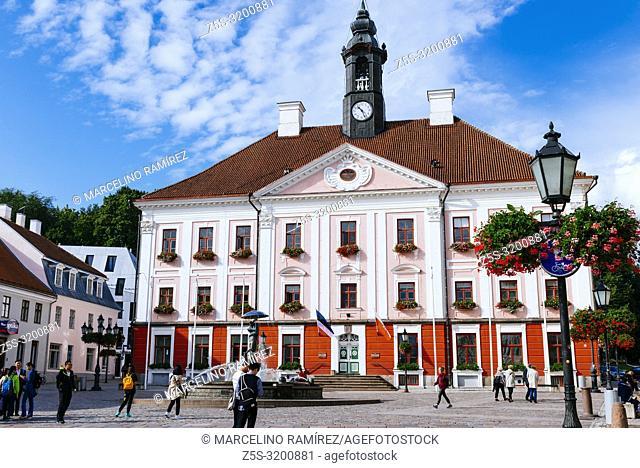 Tartu town hall and the fountain of kissing students, Tartu, Tartu County, Estonia, Baltic states, Europe