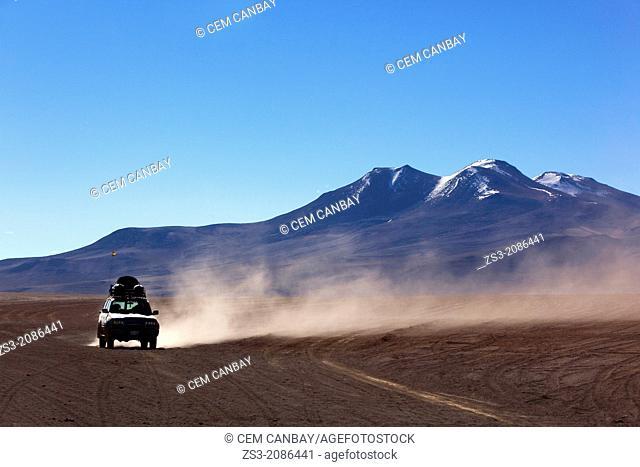 Cross-country vehicle on Salar Uyuni, Salt Desert, Southwest Highlands, Bolivia, South America