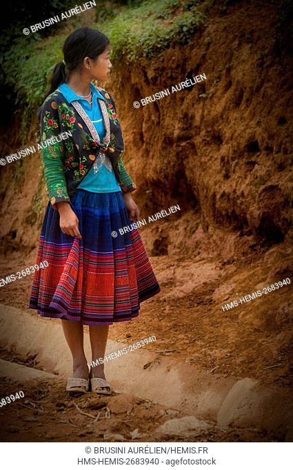Vietnam, mountain range of Hoang Lien Son, village of Nam Trang, Mu Cang Chai region, Yen Bai province, green H'mong peasant girl in traditional dress
