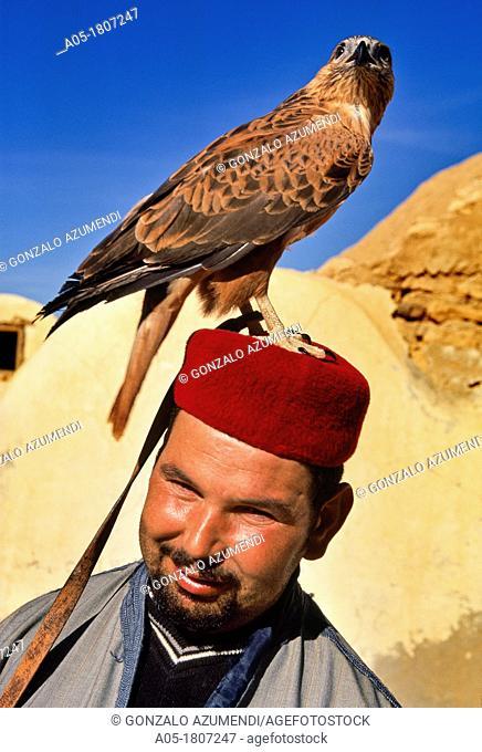 Abslama Zaidi with his falcon  Ksar Hedada  Southern Tunisia Abslama Zaidi con su rapaz  Ksar Hedada  Sur de TUNEZ