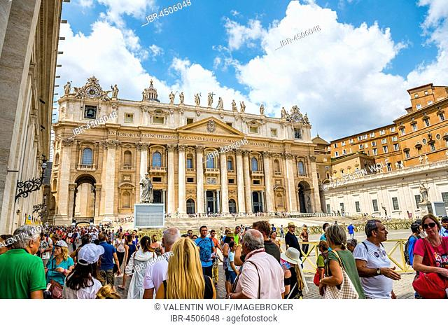 St. Peter's Basilica, St. Peter's Square with tourists, Vatican city, Vatican, Rome, Lazio, Italy