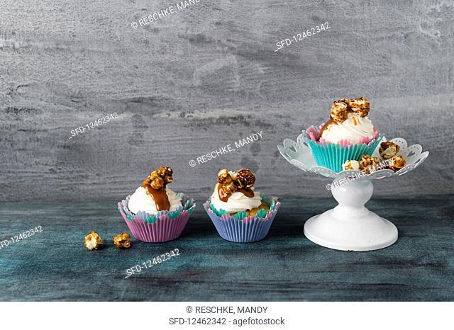 Cupcakes with vanilla buttercream, caramel sauce and caramel popcorn
