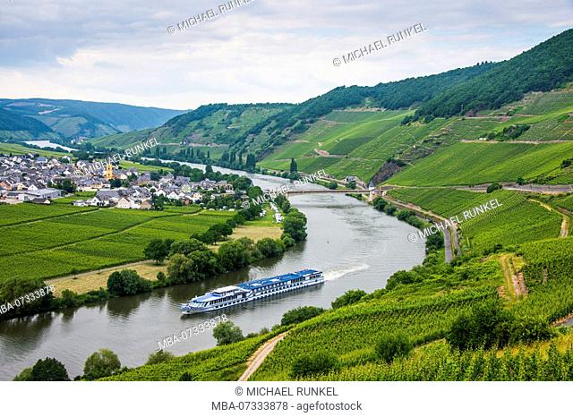 Cruise ship passing the riverbend at Trittenheim, Moselle valley, Rhineland-Palatinate, Germany