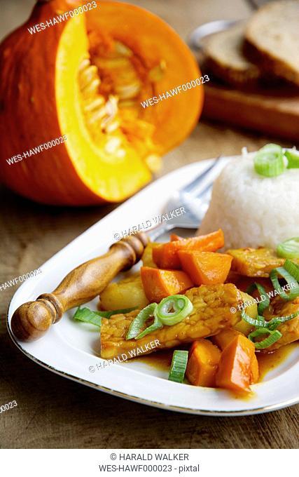 Sweet-sour tempeh with red uchi kuri squash and rice