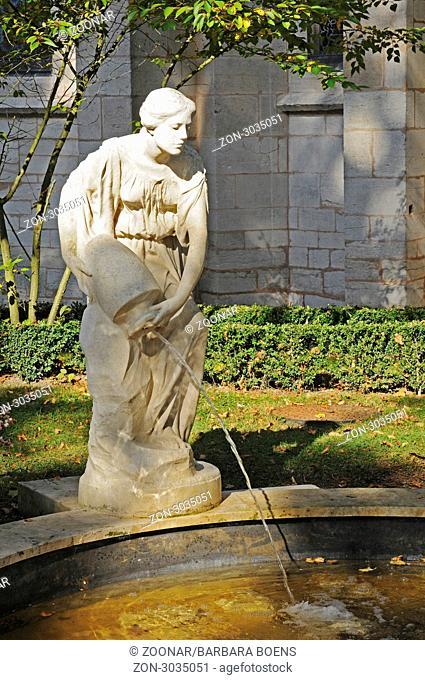 fountain figure, Notre-Dame, church, Semur-en-Auxois, Dijon, Departement Cote-d'Or, Burgundy, France, Europe, Brunnenfigur, Notre-Dame, Kirche, Semur-en-Auxois