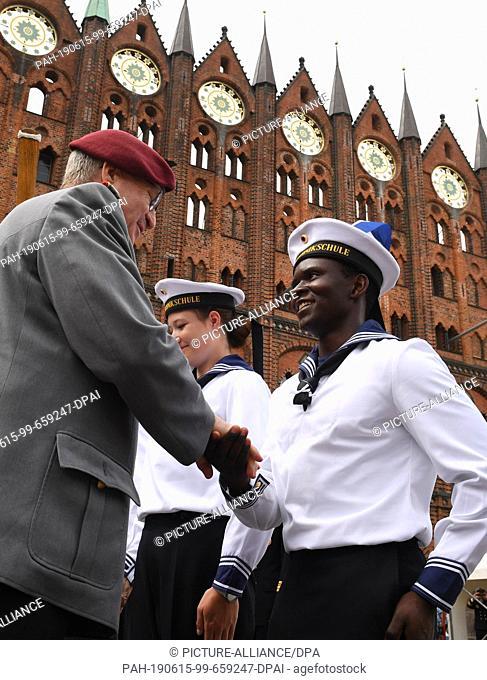 15 June 2019, Mecklenburg-Western Pomerania, Stralsund: Eberhard Zorn (l), Inspector General of the Bundeswehr, congratulates Bundeswehr recruits of the navy on...