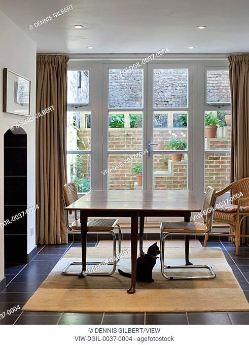 Barnsbury Road, London, United Kingdom. Architect: James Dunnett Architects, 2011. Dining room with view