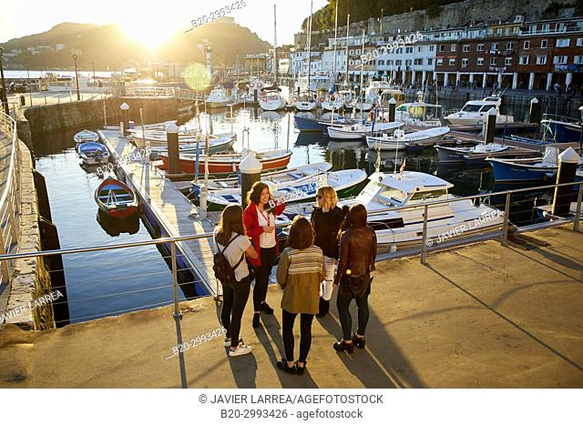 Group of tourists and guide making a tour of the city, Port, Donostia, San Sebastian, Gipuzkoa, Basque Country, Spain, Europe