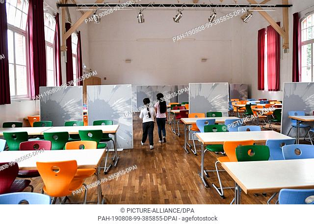 07 August 2019, Berlin: Two pupils in the empty canteen in the primary school at Wuhlheide. Photo: Jens Kalaene/dpa-Zentralbild/ZB