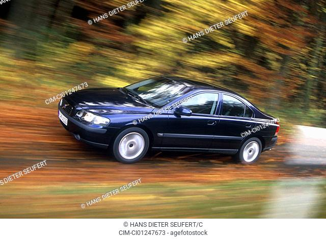 Car, Volvo S60 2.4 T, upper middle-sized , Limousine, model year 2000-, dunkelblue moving, country road, diagonal from the front, Foliage, Autumn