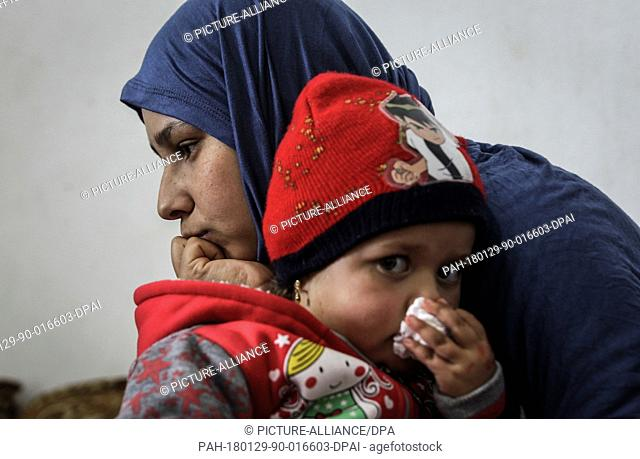 dpatop - A picture made available on 29 January 2018 shows Amal, a 19-year-old Syrian refugee sitting with her three-year-old daughter, Gufran