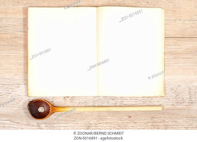 Altes Papier von einem Buch mit Kochlöffel und Textfreiraum für Werbefläche