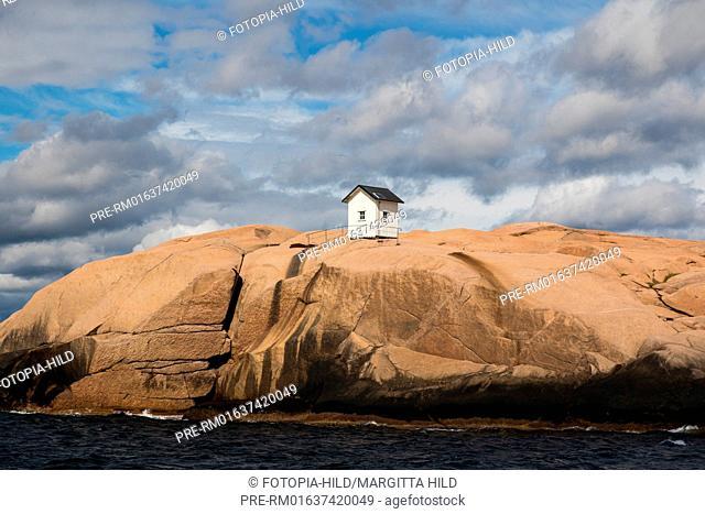 Small white hut on top of a rock at swedish skerry coast north of Gothenburg, Bohuslän, Västra Götalands län, Sweden / Weiße Hütte auf Felsen an der...