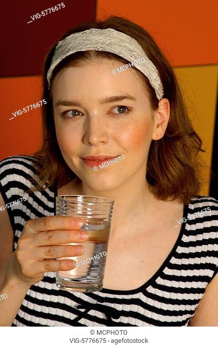 Eine junge Frau trinkt ein Glas Mineralwasser, 2006 - Hamburg, Germany, 03/07/2006