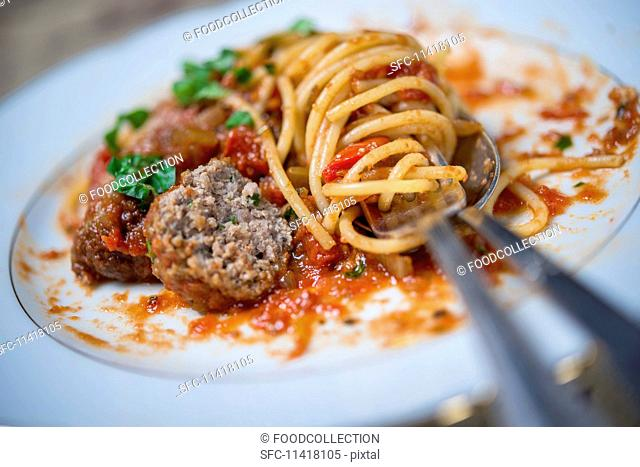Spaghetti with meatballs and tomato sauce (close-up)