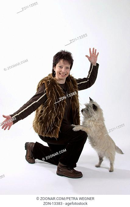 Woman with Cairn Terrier, dog dancing / Frau mit Cairn-Terrier, Dogdancing / Saeugetiere, mammals, animals, Haushund, domestic dog, Haustier, Heimtier, pet