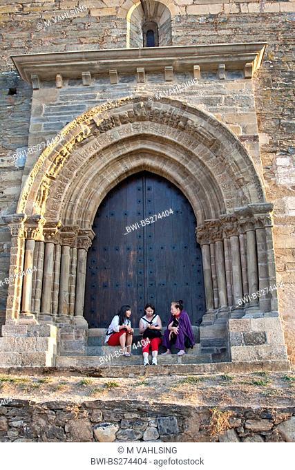 pilgrims at the gate of Puerta del Perdon, Spain, Leon, Kastilien, Villafranca del Bierzo