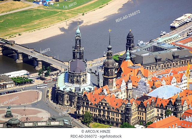 Old city mit Bruhl Terrace, Court church, and Augustus bridge, Elbe river, Dresden, Saxony, Germany / Brühlsche Terasse, Hofkirche, Augustusbrücke