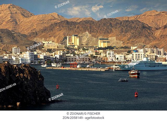 Blick über das Hafenbecken auf den Stadtteil Muttrah vor den kahlen Bergen in der Umgebung der omanischen Hauptstadt Maskat, Maskat