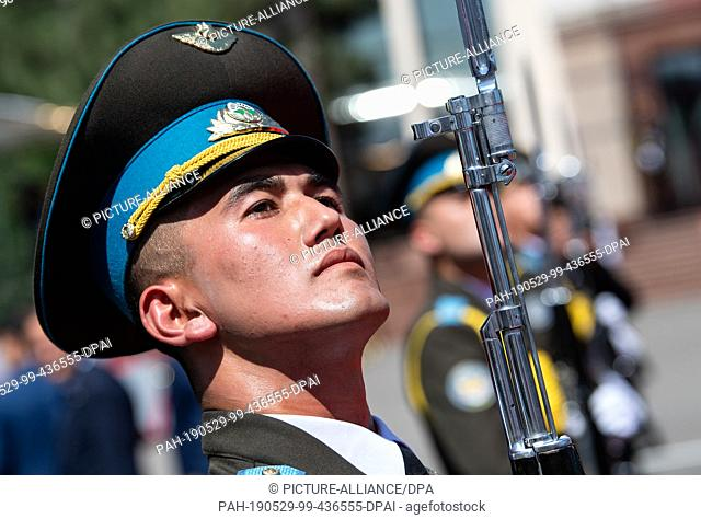 29 May 2019, Uzbekistan, Taschkent: A soldier of the Uzbek Guard of Honour is standing at Tashkent airport in front of the Bundeswehr Air Mission Wing aircraft...
