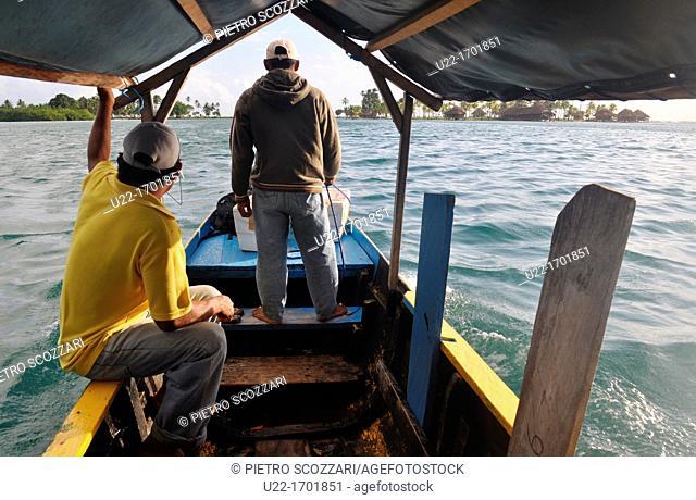 San Blás Panama: little boat reaching the Yandup Lodge, on a little island of Kuna Yala