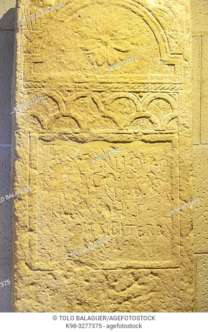 estela funeraria decorada con arquerias, dedicada a Caius Annius Politicus, siglo II, Museo-Centro de Interpretación del parque arqueológico de Segóbriga