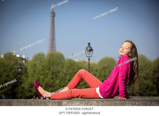 YOUNG GIRL IN A PINK PULLOVER ON THE ESPLANADE DES INVALIDES AND THE EIFFEL TOWER, 7TH ARRONDISSEMENT, PARIS, FRANCE