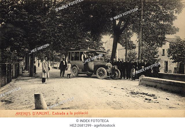 Stop at the entrance to the town of Arenys de Munt on a bus line, postcard 1910s
