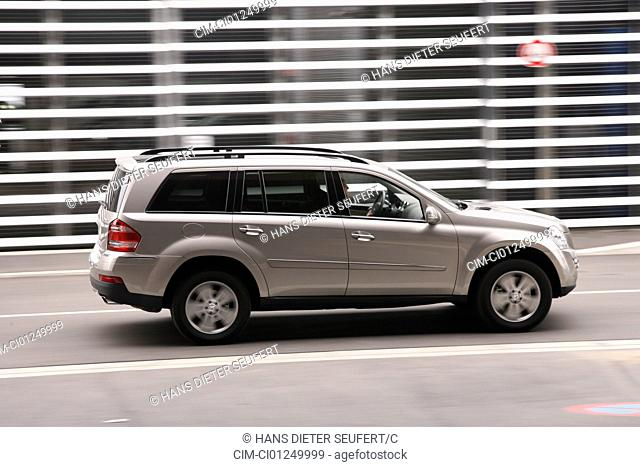 Mercedes GL 420 CDI, model year 2006-, silver, driving, side view, City