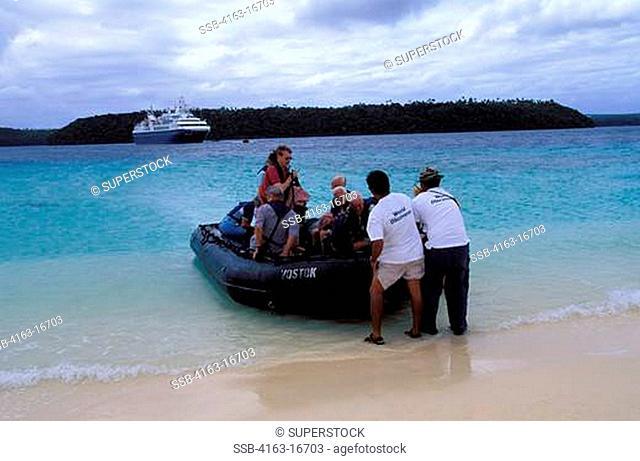 TONGA, NUKU ISLAND, BEACH, MS WORLD DISCOVERER, TOURISTS LANDING IN ZODIAC