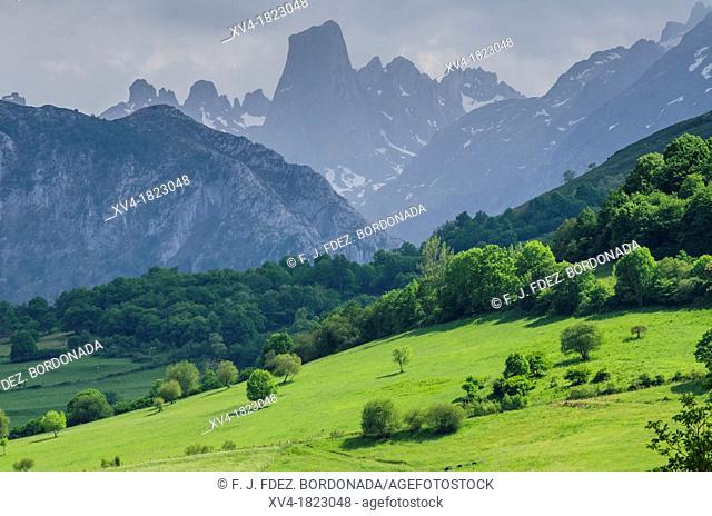 Naranjo de Bulnes panoramic views from mirador del Pozo de la Oración at Cabrales, Picos de Europa, Asturias, Spain