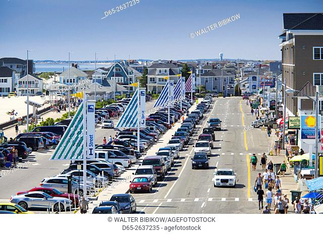 USA, New Hampshire, Hampton Beach, summer traffic on Ocean Boulevard, elevated view