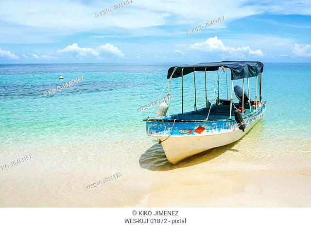 Panama, Bocas del Toro, Cayo Zapatilla, Boat moored at the beach