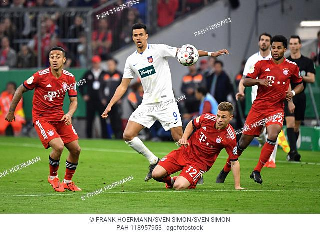 From left to right: Thiago ALCANTARA (FCB), Robert GLATZEL (Hdh), Joshua KIMMICH (FC Bayern Munich), Serge GNABRY (FC Bayern Munich), Aktion, duels